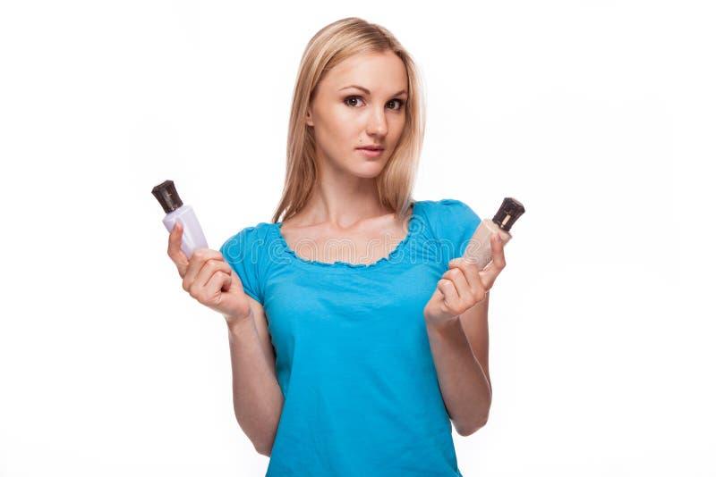 Mädchen, das einen Kasten kosmetische Sahne anhält stockfotografie
