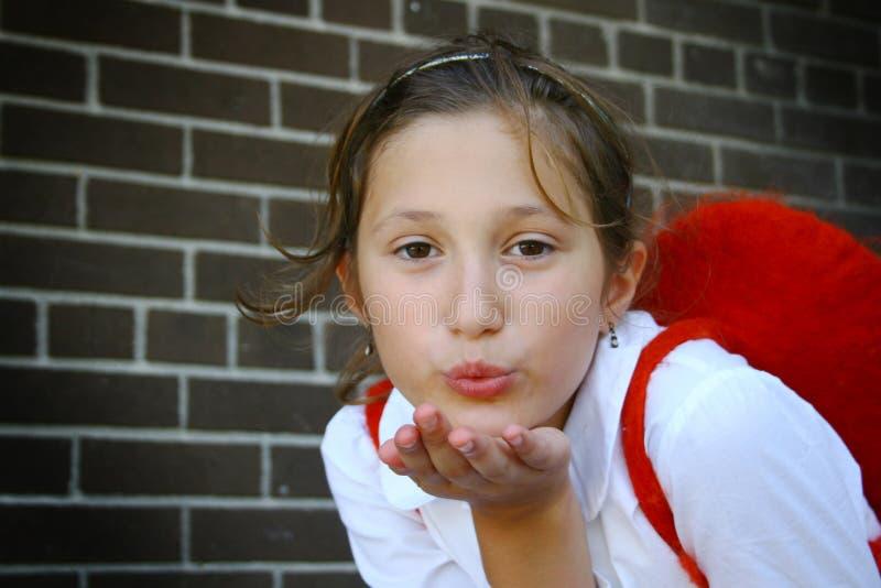 Mädchen, das einen Kuss durchbrennt stockfotos