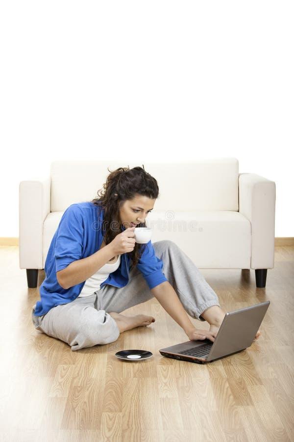 Mädchen, das einen Laptop verwendet stockbild
