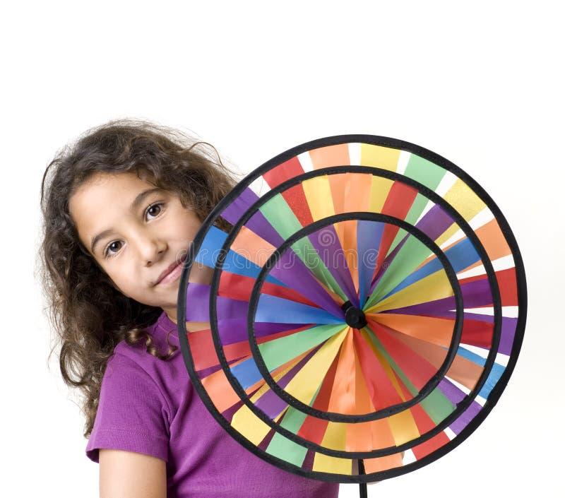Mädchen, das einen Pinwheel anhält lizenzfreie stockbilder
