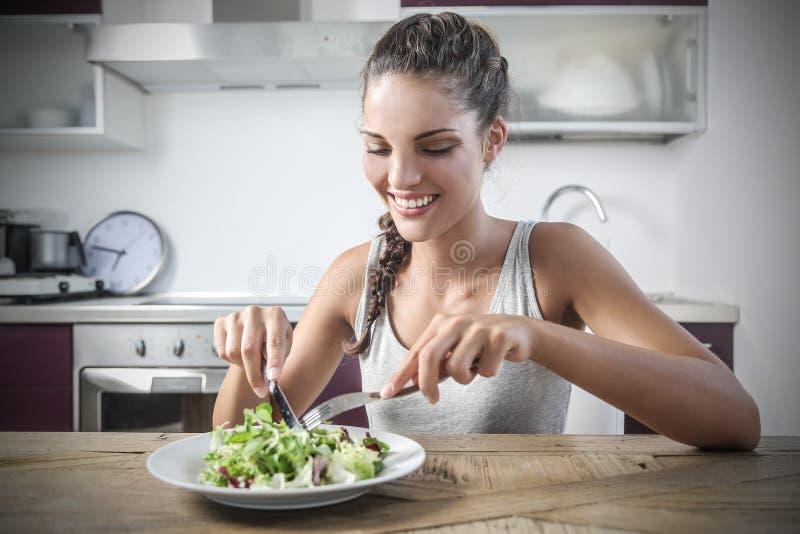 Mädchen, das einen Salat isst lizenzfreie stockfotos