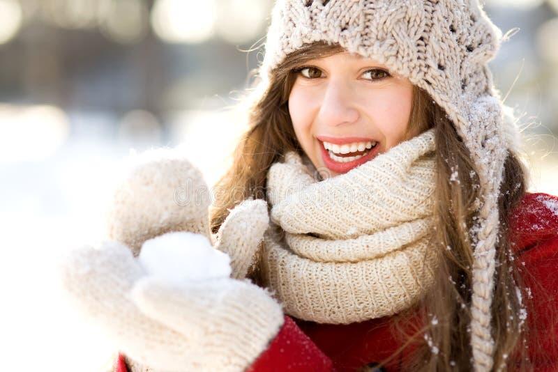Mädchen, das einen Schneeball anhält lizenzfreie stockfotos