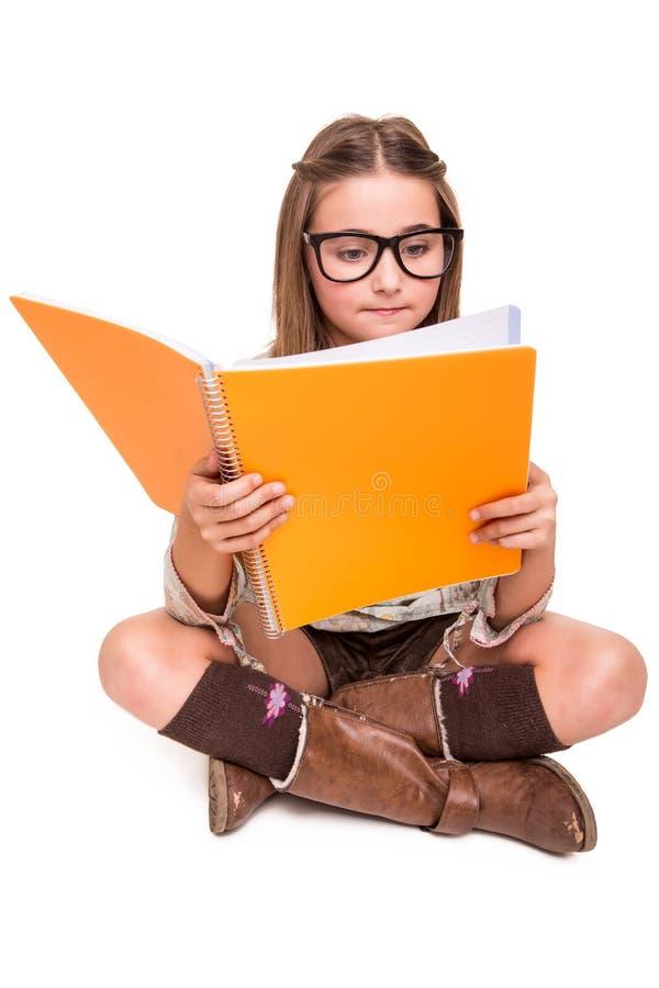 Mädchen, das einen Sketchbook hält stockfoto