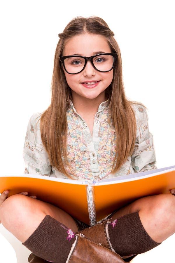 Mädchen, das einen Sketchbook hält lizenzfreie stockfotos