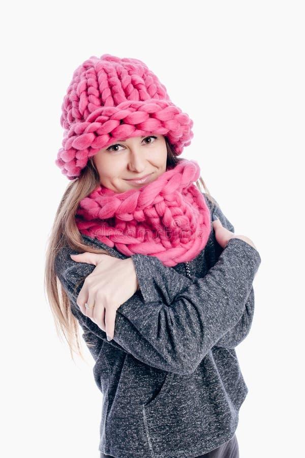 Mädchen, das einen starken Schal und einen Hut trägt lizenzfreies stockfoto