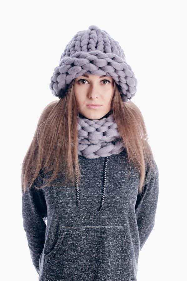 Mädchen, das einen starken Schal und einen Hut trägt stockfotografie