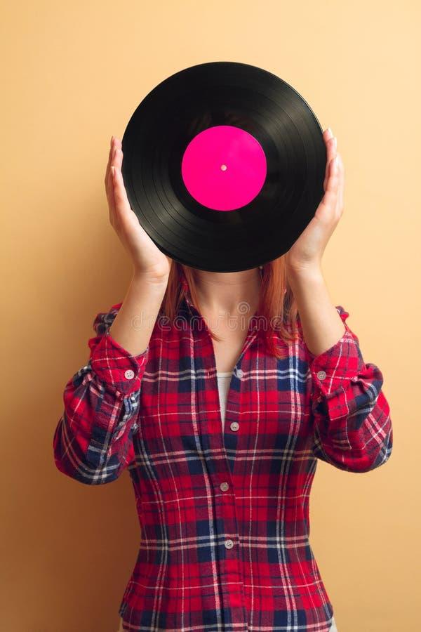 Mädchen, das einen Vinylsatz anhält lizenzfreies stockfoto