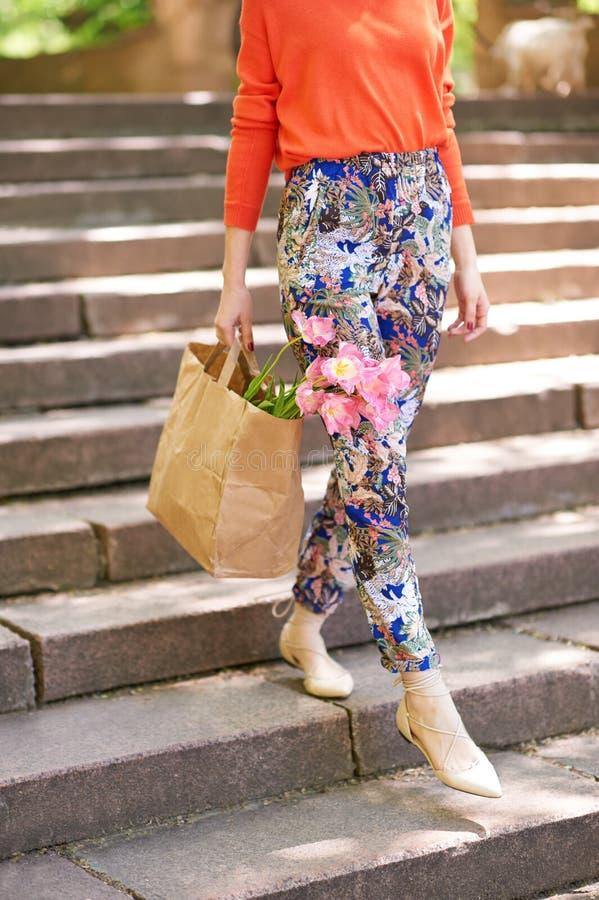 Mädchen, das Einkaufstasche mit Blumen hält lizenzfreie stockbilder