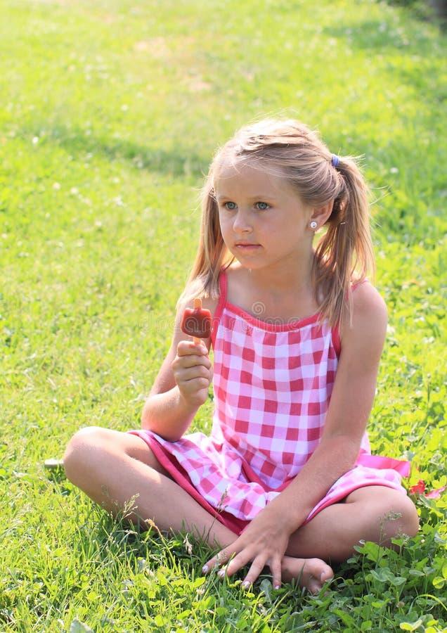 Mädchen, das Eiscreme hält stockbild