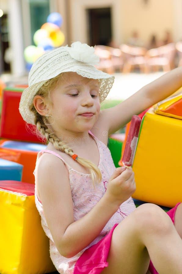 Mädchen, das Eiscreme isst lizenzfreie stockbilder