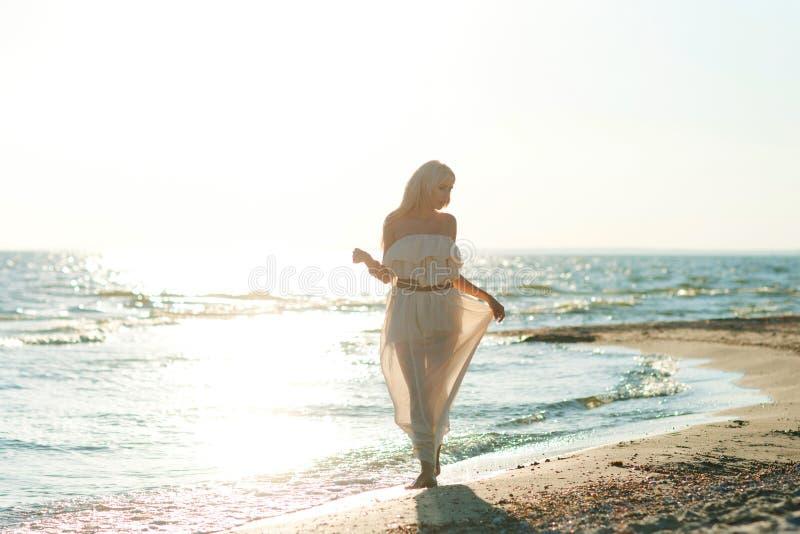 Mädchen, das entlang den Strand geht lizenzfreies stockbild