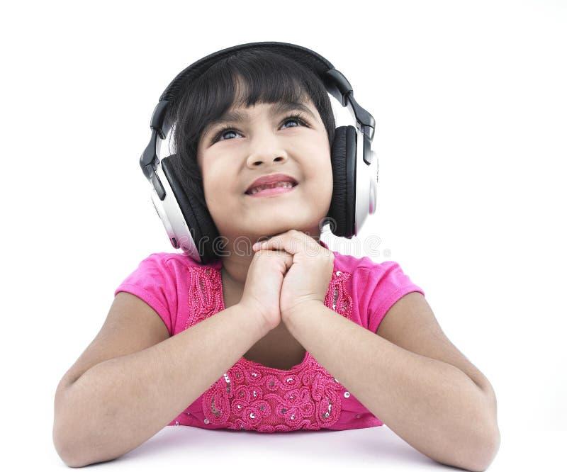 Mädchen, das etwas gute Musik hört stockbild