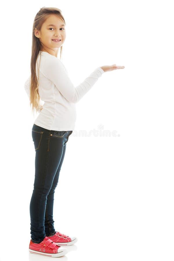 Mädchen, das etwas zeigt lizenzfreies stockbild