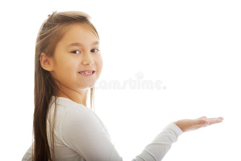 Mädchen, das etwas zeigt stockfoto
