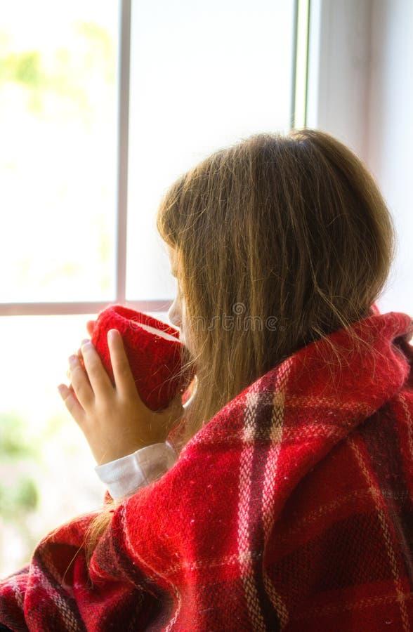 Mädchen, das Fenster schaut lizenzfreie stockbilder