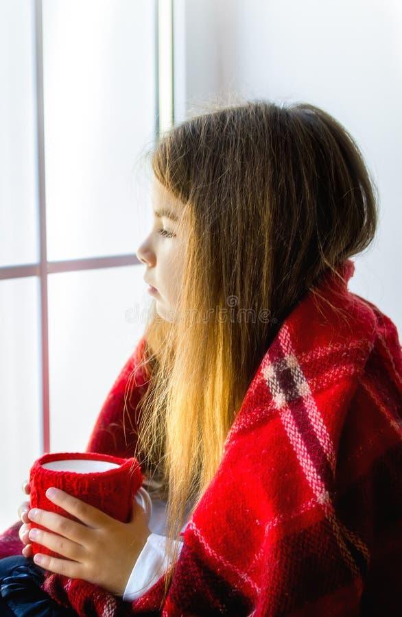 Mädchen, das Fenster schaut lizenzfreie stockfotos