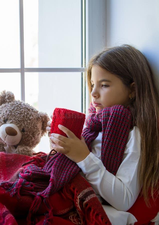 Mädchen, das Fenster schaut stockfotografie