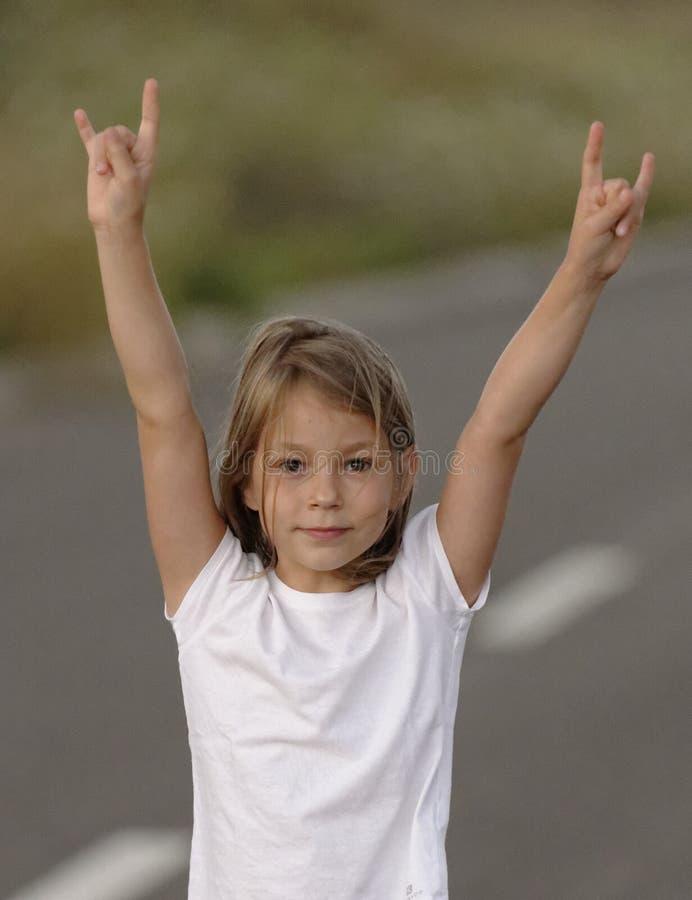 Mädchen, das 4 Finger anhebt lizenzfreie stockfotos