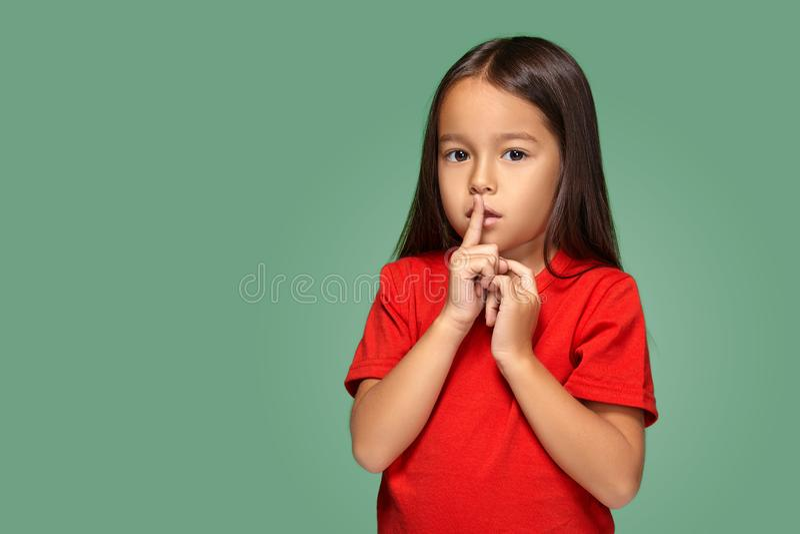 Mädchen, das Finger auf die Lippen bitten shh, ruhig, Ruhe setzt lizenzfreies stockfoto