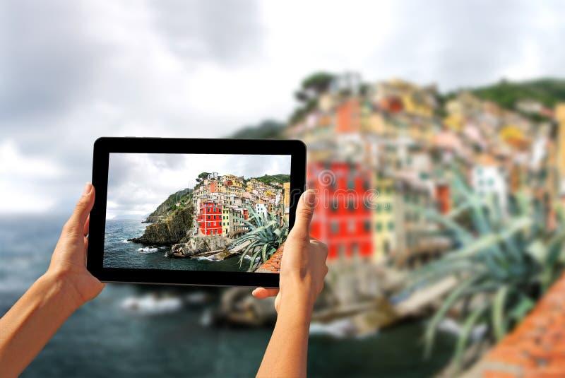 Mädchen, das Fotos auf einer Tablette in Riomaggiore macht lizenzfreies stockfoto