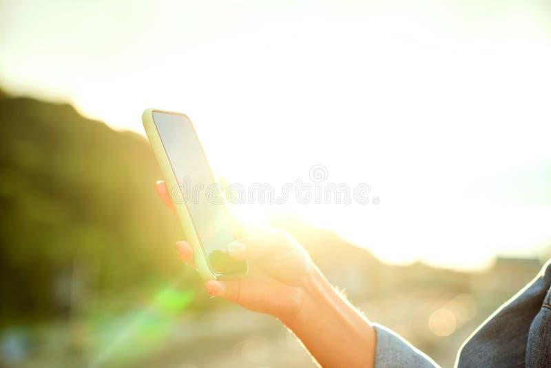 Mädchen, das Fotos einer Landschaft, Nahaufnahme eines Telefons in ihr macht lizenzfreie stockfotografie