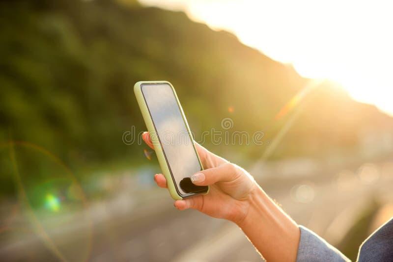 Mädchen, das Fotos einer Landschaft, Nahaufnahme eines Telefons in ihr macht stockfotografie