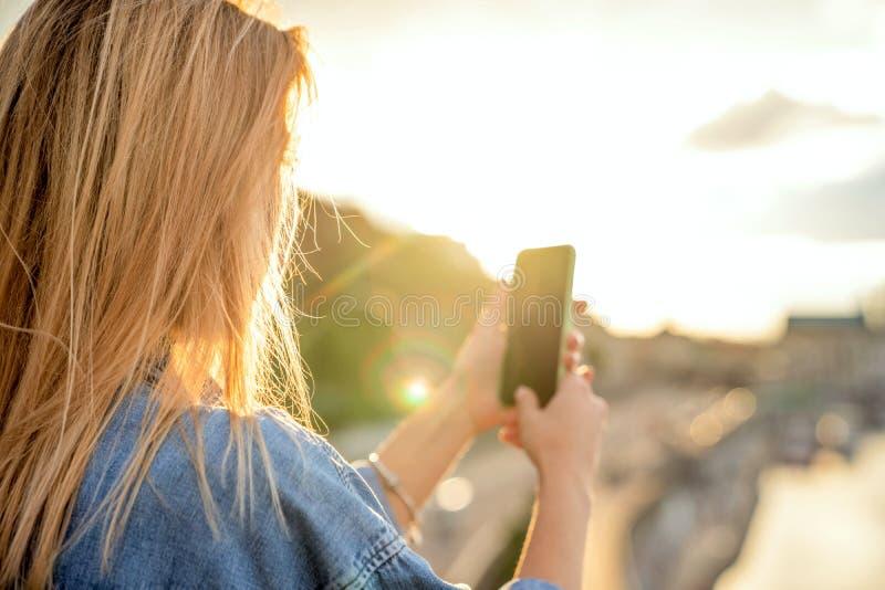 Mädchen, das Fotos einer Landschaft, Nahaufnahme eines Telefons in ihr macht stockfotos
