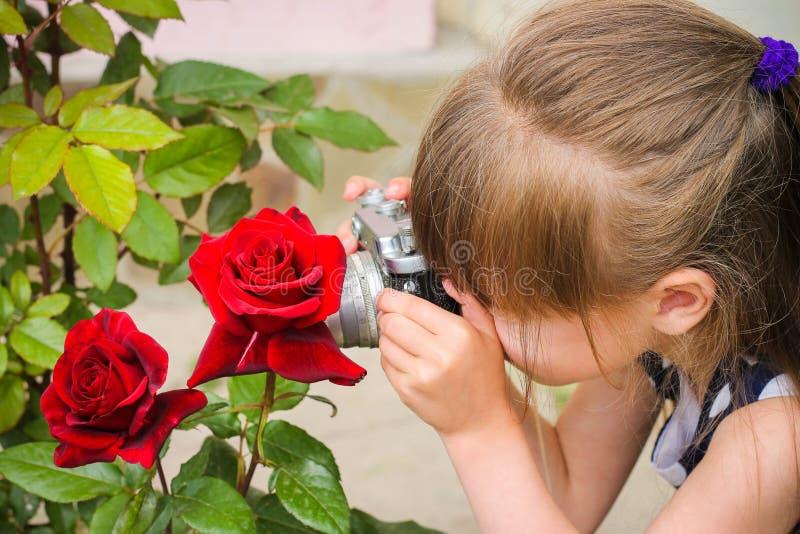Mädchen, das Fotos mit Weinlesekamera macht lizenzfreie stockbilder