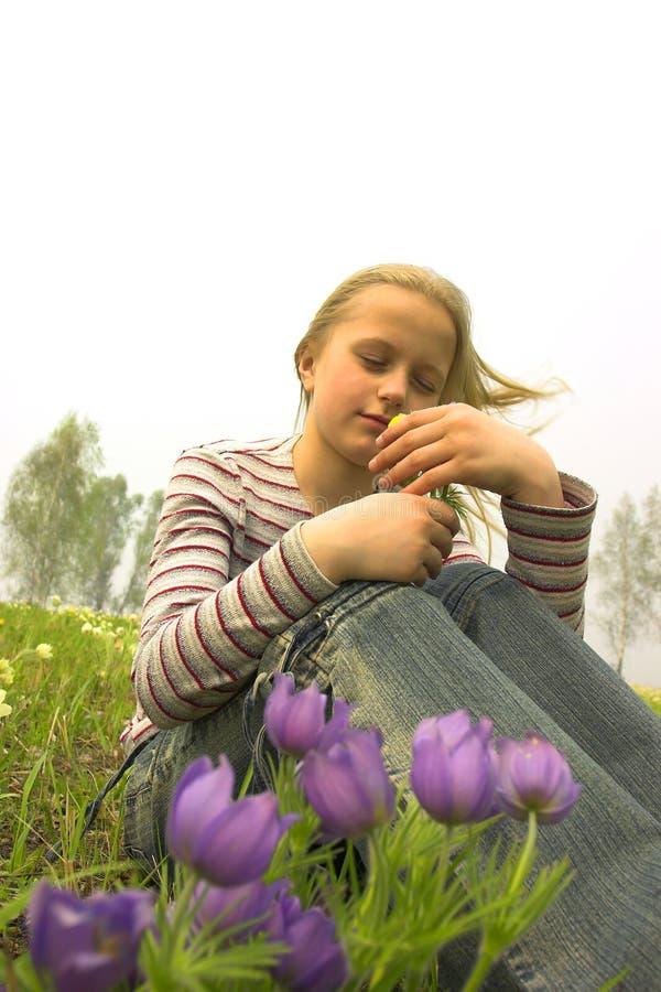 Mädchen, das Frühlingsblume nimmt lizenzfreie stockbilder