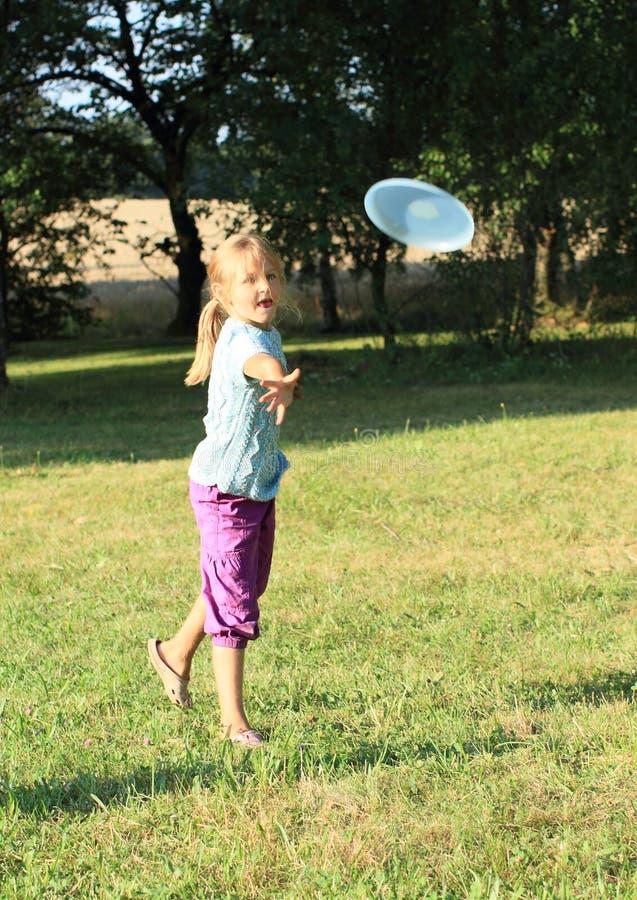Mädchen, das Frisbee spielt lizenzfreies stockbild