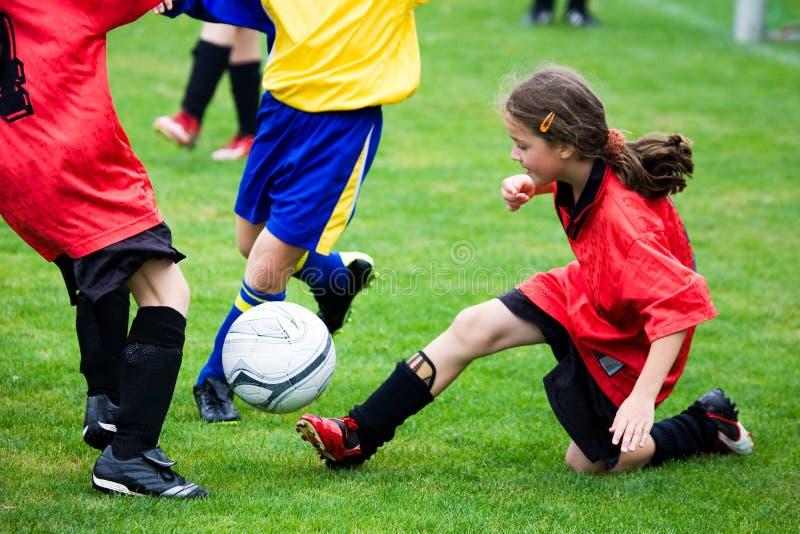Mädchen, das Fußball spielt lizenzfreies stockbild
