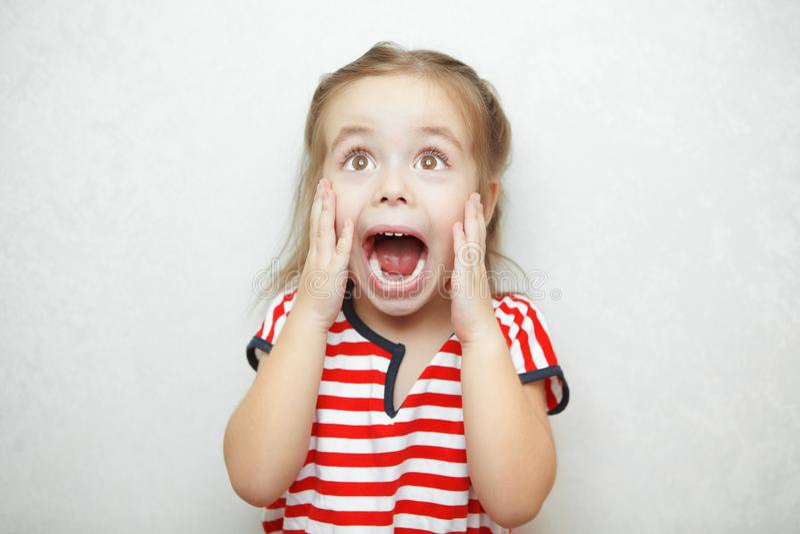 Mädchen, das Gefühl des Schreckens und der Furcht erfährt und ausdrückt lizenzfreie stockbilder