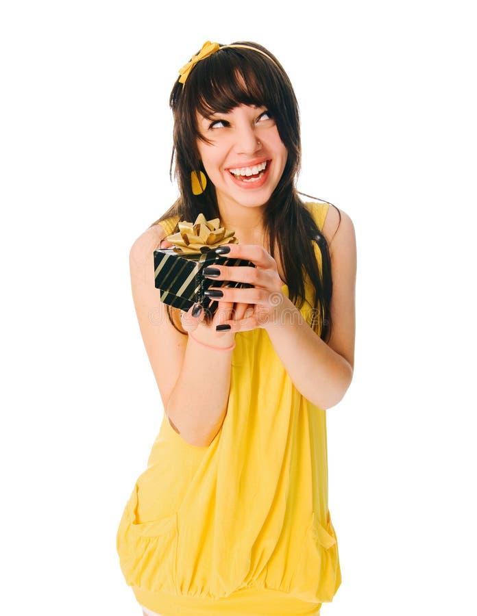 Mädchen, das gelbes Kleid mit einem Geschenkkasten trägt lizenzfreies stockbild