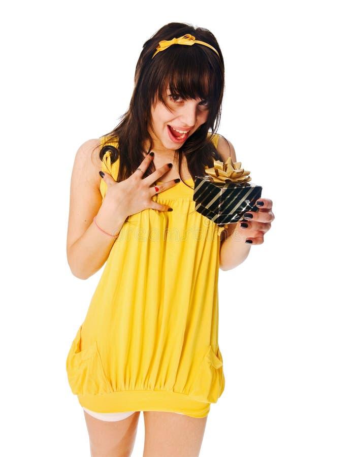 Mädchen, das gelbes Kleid mit Geschenkkasten trägt stockbilder