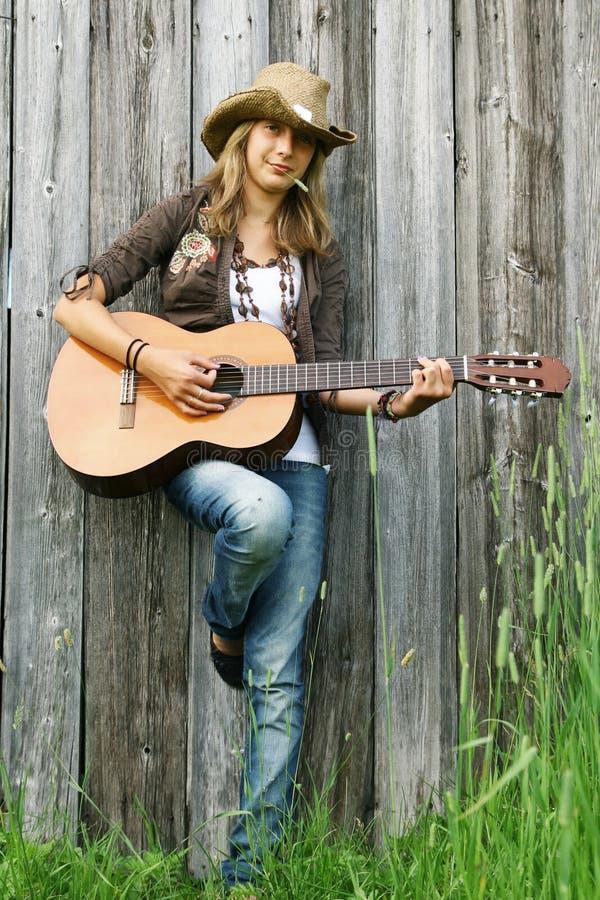 Mädchen, das Gitarre spielt lizenzfreies stockfoto