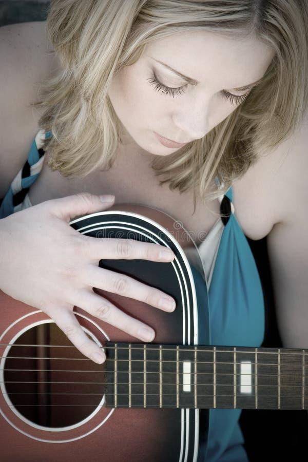 Mädchen, das Gitarre spielt stockfotos