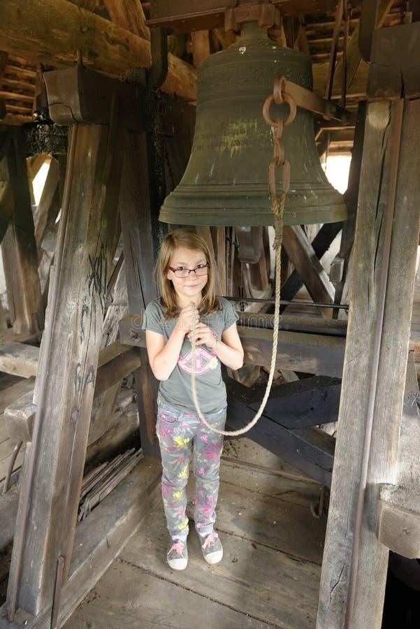 Mädchen, das Glockenschnur zieht stockbilder