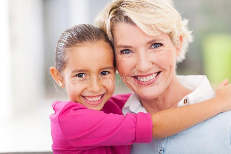 Mädchen, das Großmutter umarmt stockfoto