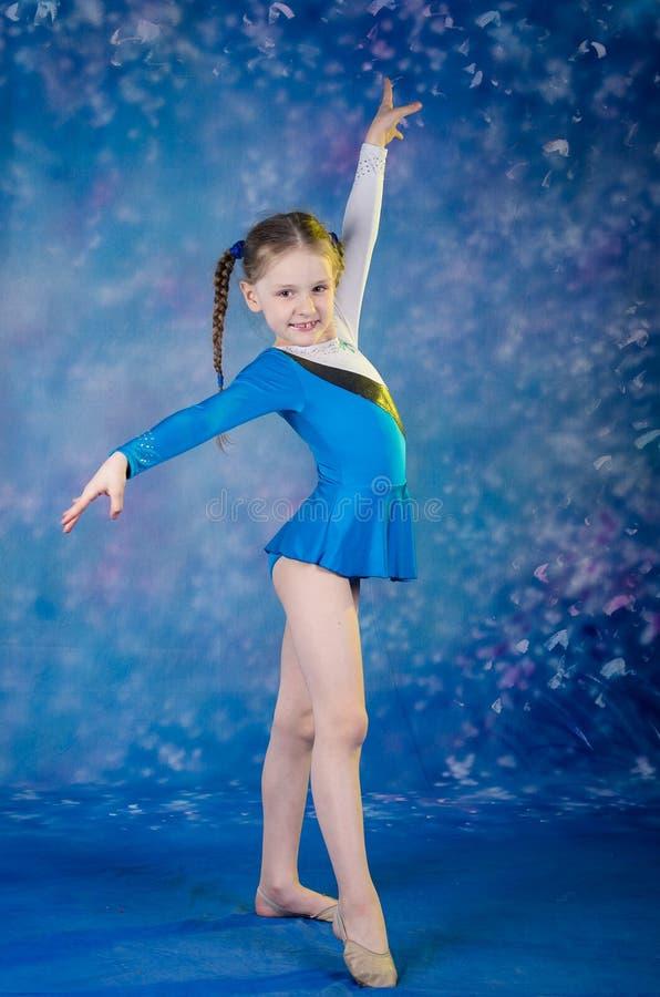 Mädchen, das Gymnastik excercises tut lizenzfreie stockbilder