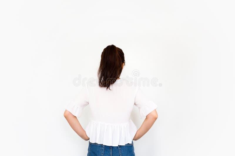 Mädchen, das Hände auf die Hüften, in die Seite gestemmt setzt lizenzfreies stockfoto