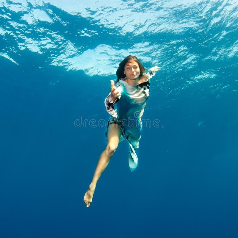 Mädchen, das Hand zu Ihnen Underwater gibt lizenzfreies stockfoto