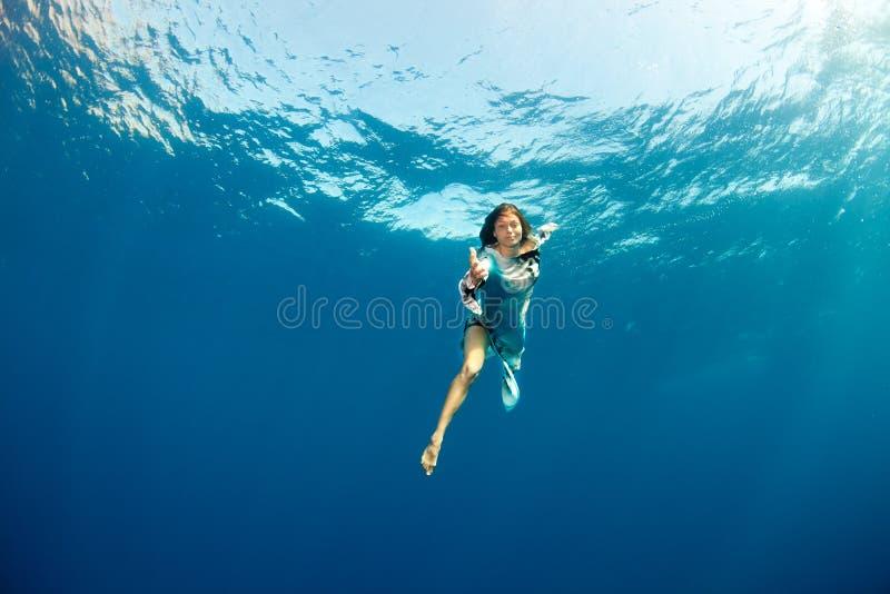Mädchen, das Hand zu Ihnen Underwater gibt lizenzfreie stockbilder