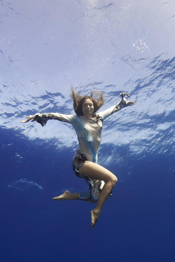 Mädchen, das Hand zu Ihnen Underwater gibt lizenzfreies stockbild