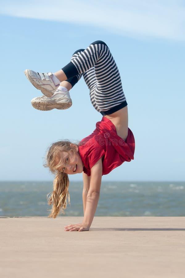 Mädchen, das Handstand tut stockfotos