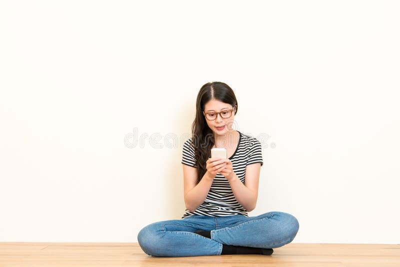 Mädchen, das Handy facetime verwendet oder das Plaudern schreibt lizenzfreies stockfoto