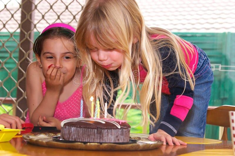 Mädchen, das heraus Kerzen durchbrennt stockbilder