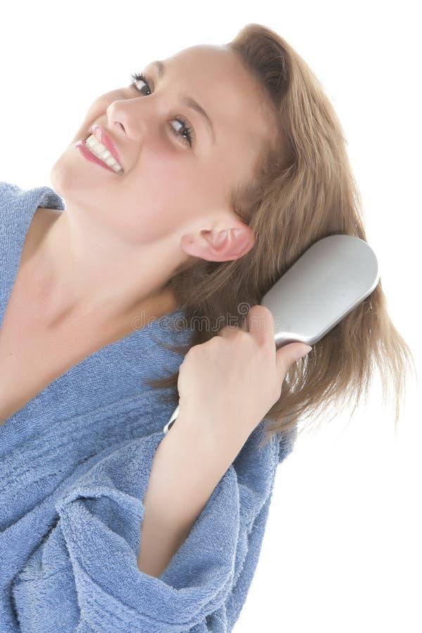 Mädchen, das ihr Haar auftragen lizenzfreie stockfotografie