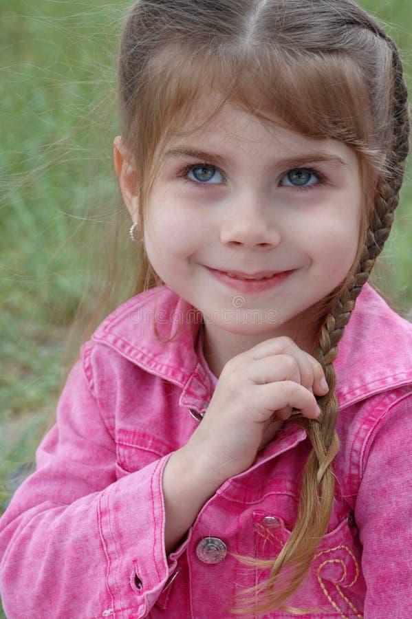 Mädchen, das ihr Haar flicht lizenzfreies stockbild