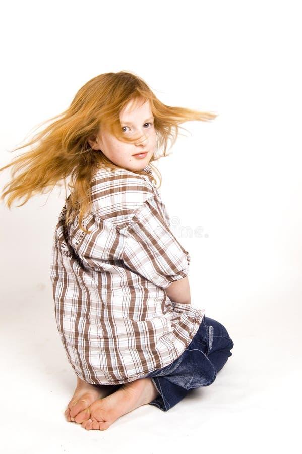 Mädchen, das ihr Haar schwingt lizenzfreie stockbilder