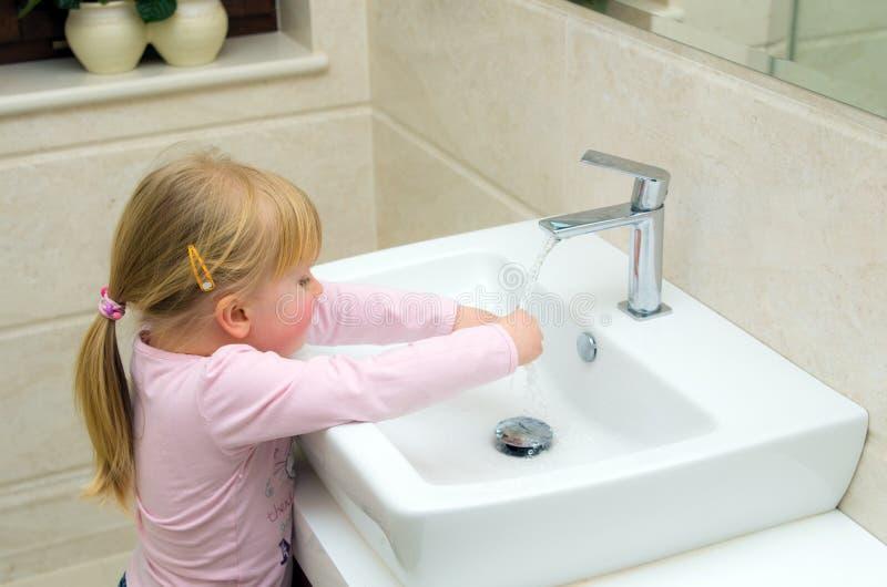 Mädchen, das ihre Hände wäscht stockfotos